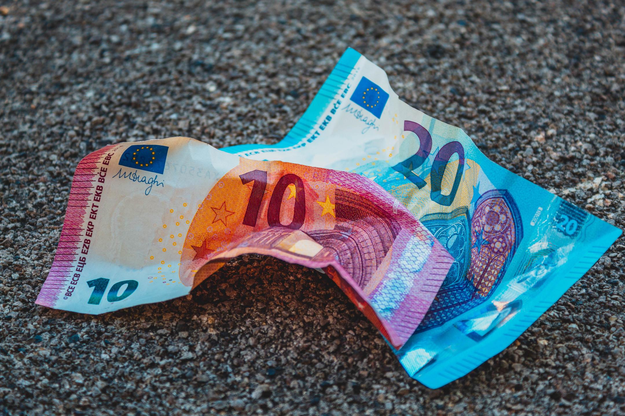 EURUSD analysis - Pair clings to gains around 1.1200
